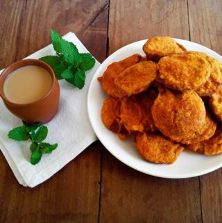 Hot, savory and sweet, delicious deep-fried marie biscuit fritters / biscuit pori.
